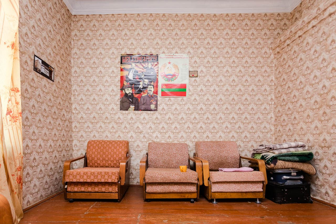The foyer of a hostel in Tiraspol with three chairs